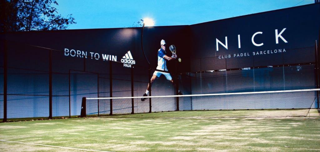 Ein grüner Padel Court auf der Anlage des Nick Spa Sports Club in Barcelona